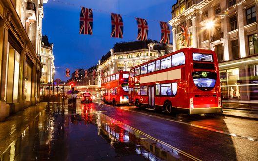 Обои Двухэтажные автобусы на улице Лондона вечером