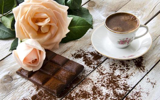 Обои Чашка кофе стоит на столе, рядом плитка пористого шоколада и две кремовых розы