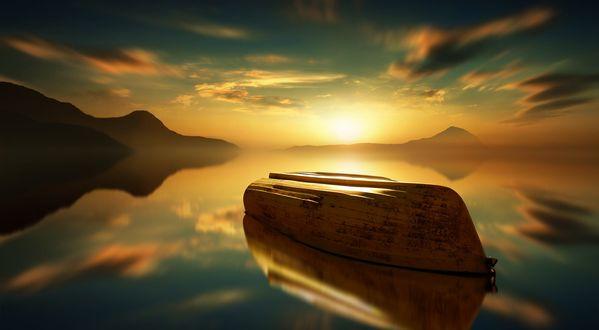 Обои Перевернутая лодка на воде на фоне заката, фотограф Anna Ovatta