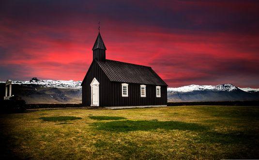 Обои Черная церковь на фоне ярко-красного неба на закате