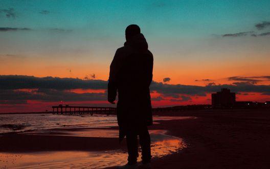 Обои Силуэт мужчины на фоне красного заката и моря
