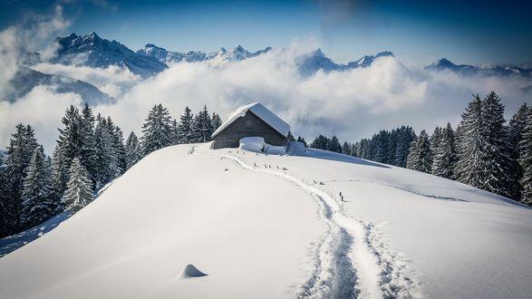 Обои Одинокий домик в заснеженных горах