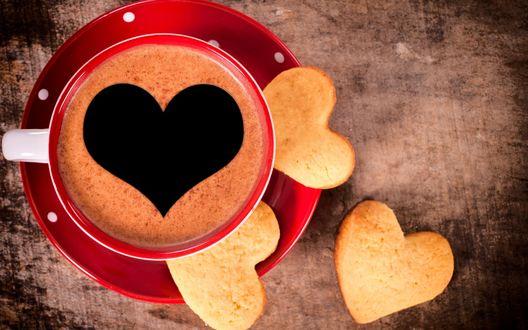 Обои Кофе с пенкой в форме сердечка, в красной чашке, и с печеньем в форму сердечка