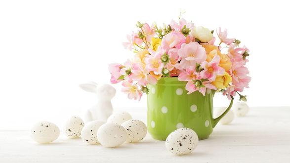 Обои Букетик цветов в чашке и пасхальные яйца