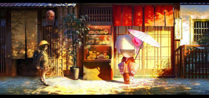 Обои Маленькая японская школьница останавливается, увидев стоящую на улице большую куклу в кимоно с зонтом, возле магазина