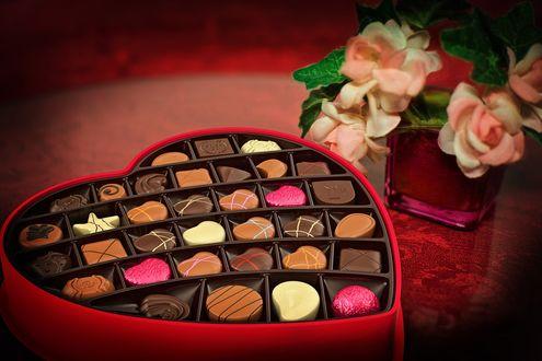 Обои Коробка конфет рядом с розами