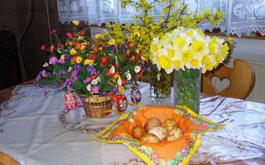 Обои Тарелка с пасхальными яйцами и два букета цветов на столе