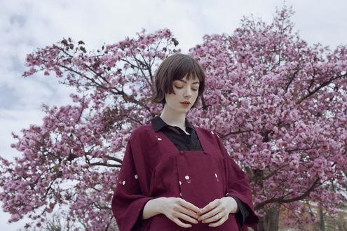 Обои Девушка стоит у весеннего цветущего дерева магнолии, MOTH ART