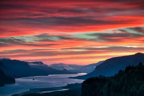 Обои Восход солнца над Columbia River Gorge в Тихоокеанском Северо-Западе, фотограф Brian Bonham