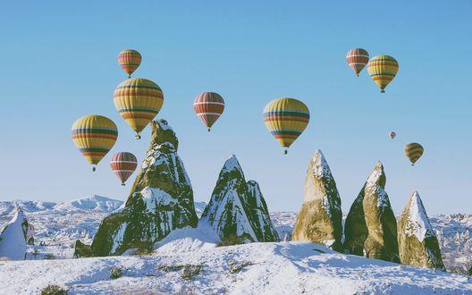 Обои Воздушные шары над заснеженными горами