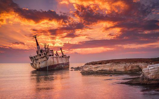 Обои Рассвет, разбитый корабль у берегов моря