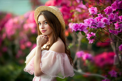 Обои Девушка Богдана в шляпке стоит у цветущего куста. Фотограф Ольга Бойко