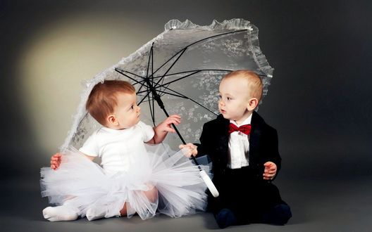 Обои Девочка и мальчик сидят под зонтом