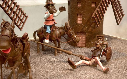 Обои Шоколадные фигурки лошадей и людей на фоне шоколадной мельницы задействованы в сцене на столе