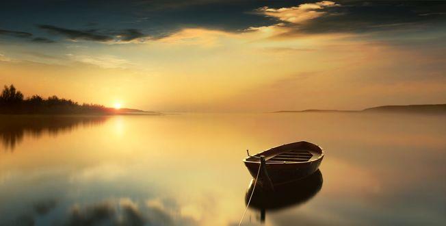 Обои Лодка дрейфует на воде, фотограф Anna Ovatta