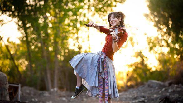 Обои Lindsey Stirling / Линдси Стирлинг со скрипкой в руках на фоне природы