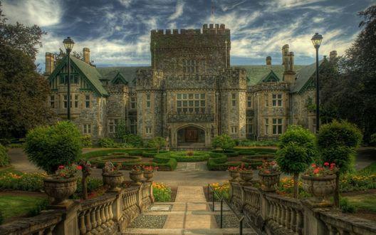 Обои Старинный замок среди красивого парка на фоне неба, затянутого тучами