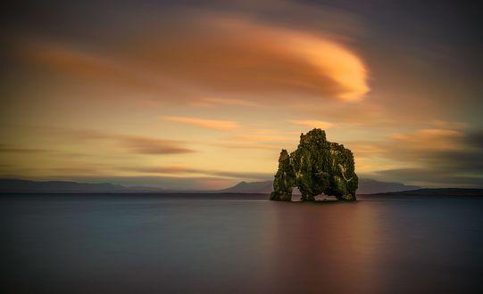 Обои Hvitserkur / Хвитсеркюр - базальтовая скала на восточном берегу полуострова Ватнснес на северо-западе Iceland / Исландии, фотограф Angela Chong