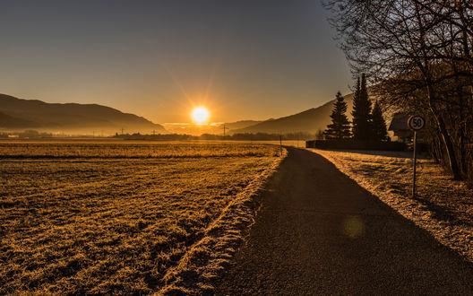 Обои Восход над полями и дорогой, уходящей в горы