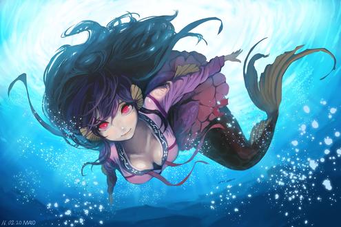 Обои Девушка - русалка плывет под водой, смотря на нас красными глазами
