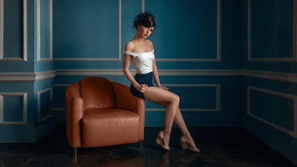 Обои Модель Алина присела на кресло, by Георгий Чернядьев