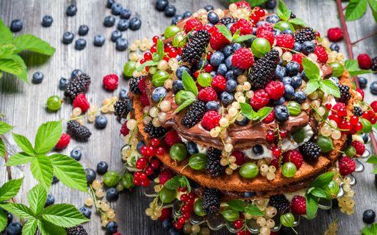 Обои Фруктовый пирог на деревянном столе, сплошь заваленный свежими ягодами