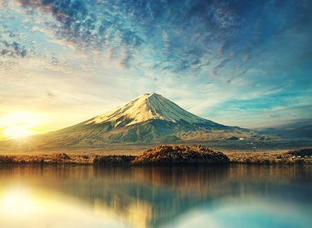 Обои Гора под облачным небом и ее отражение в воде, фотограф Stijn Dijkstra