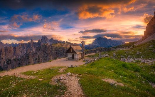 Обои Маленькая церковь на зеленом уступе в итальянских горах, by Roberto Pavic