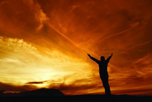 Обои Девушка с поднятыми руками вверх на фоне рассветного неба