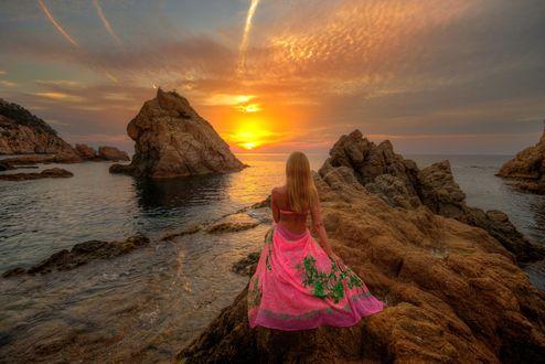 Обои Девушка сидит на камнях у моря, встречая рассвет, фотограф Ed Gordeev