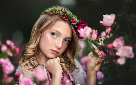 Обои Светловолосая девочка с длинными волосами в венке и с цветами