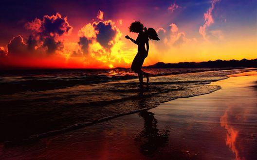 Обои Силуэт девушки-ангела стоящей у моря на закате