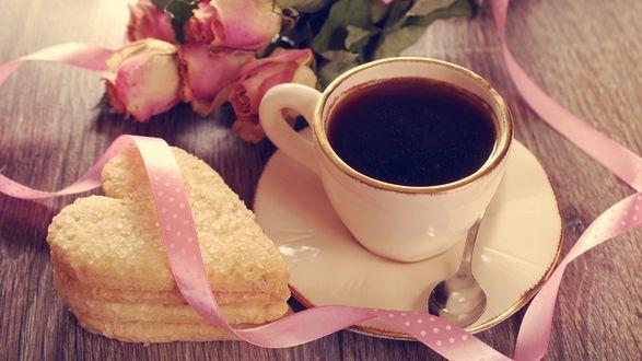 Обои Чашка чая на столе, рядом лежит пирожное в виде сердца и лежат розовые розы