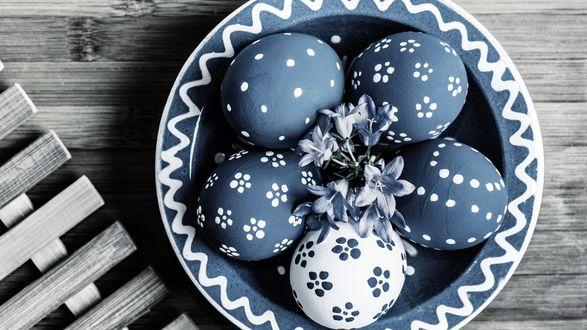 Обои Пасхальные яйца на тарелке