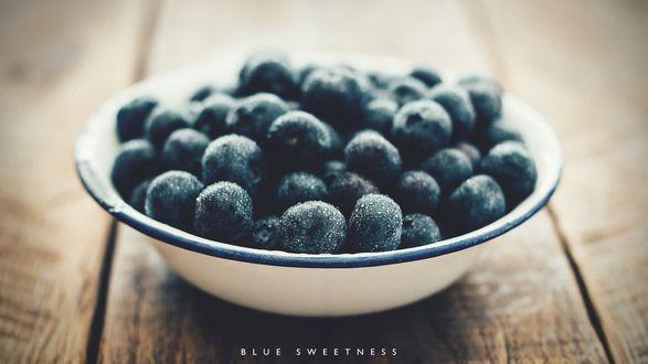 Обои Замороженная черника в тарелке на столе (Blue sweetness)