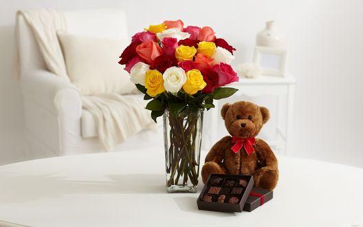 Обои Букет разноцветных роз в вазе, плюшевый медведь и коробка конфет на столе