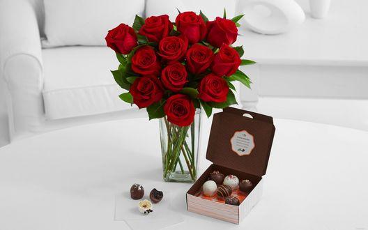 Обои Букет красных роз в вазе и коробка конфет на столе