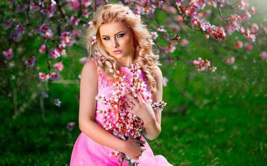 Обои Светловолосая девушка в розовом платье среди розовых цветов