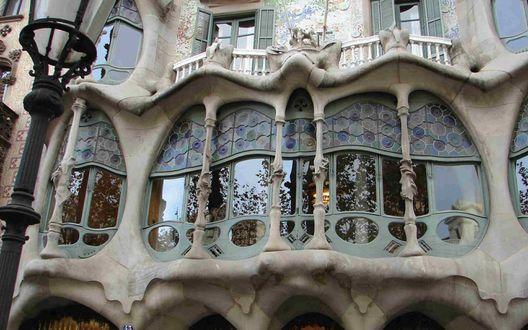 Обои Балконы знаменитого дома Бальо / Casa Batllo, украшенные лепниной, на фасаде здания, рядом фигурный уличный фонарь, ахитектор Гауди, Барселона, Испания