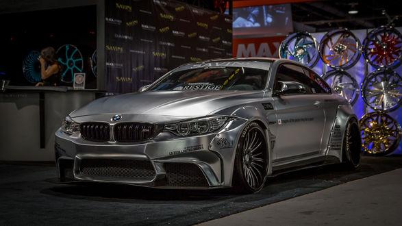 Обои Серебристый BMW M4 стоит в мастерской