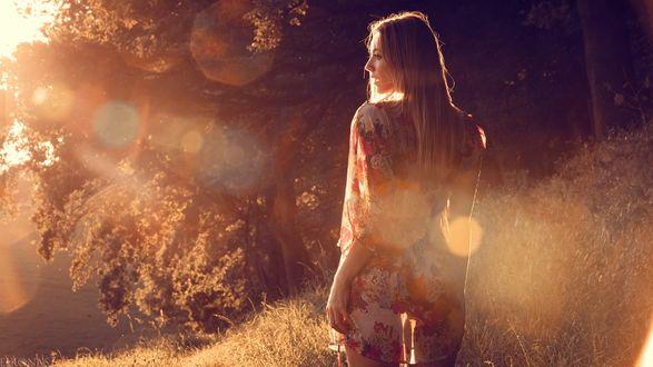 Обои Девушка стоит на фоне светящихся бликов, by EIKONAS