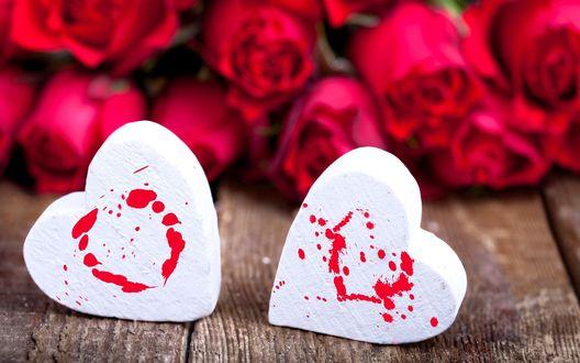 Обои Белые зефирные сердца и красные розы