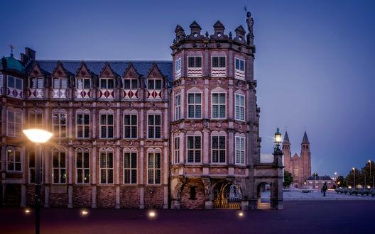 Обои Архитектурный памятник Дом дьявола, Нидерланды, в свете вечерних фонарей