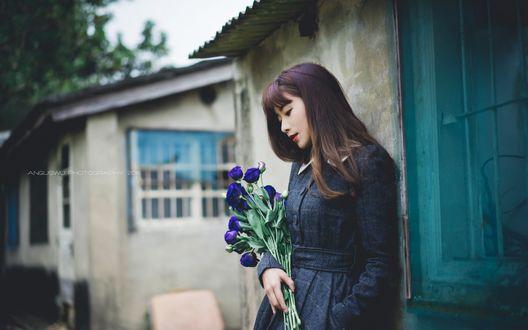 Обои Девушка азиатка с букетом синих эустом стоит у дома