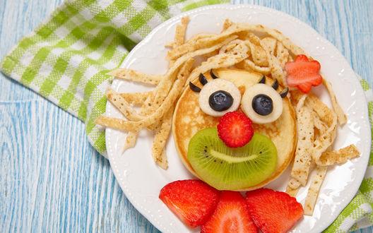 Обои Прикольный завтрак для детей на тарелке в виде мордочки, сделанной из блинчиков и фруктов