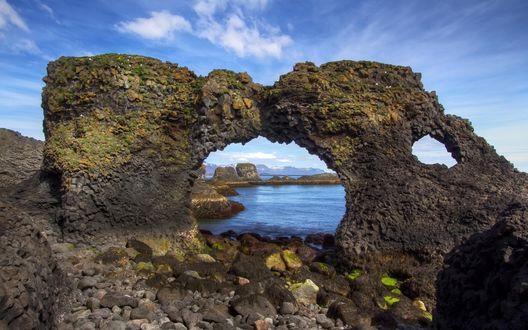 Обои Каменная природная арка на берегу моря