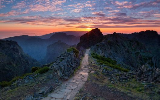 Обои Тропинка, выложенная камнем, на гребне горы, что ведет к закатному небу