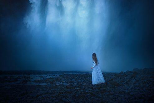 Обои Девушка в длинном платье стоит у водопада, фотограф TJ Drysdale