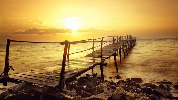 Обои Разрушенный мост у берега моря, восход солнца