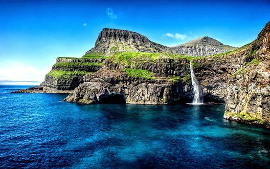 Обои Маленький водопад стекает в море, Фарерские острова, Дания